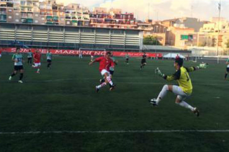 Així va marcar Iván Peralta el primer gol del Santfeliuenc contra el Peralada // FOTO: J. Mestres
