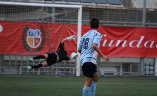 Així va marcar Pau Darbra un dels seus gols contra el Cornellà / FOTO: Javi Borrego