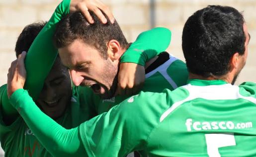 Virgili, celebrant un dels gols que ha marcat amb l'Ascó // FOTO: Iris Solà