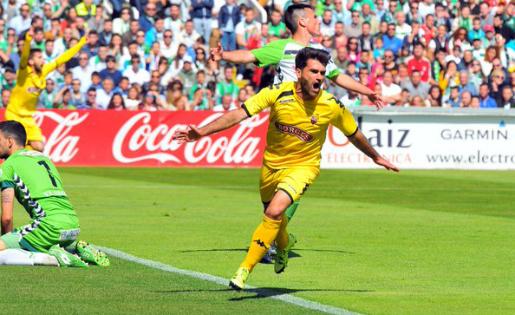 Vitor celebra el primer gol del partit // FOTO: Xavi Guix (cfreusdeportiu.com)