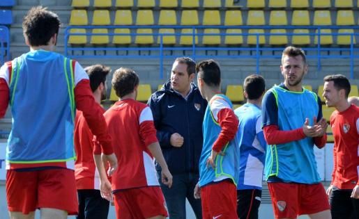 Toni Rodríguez, donant instruccions als qui fins ara han estat els seus jugadors // FOTO: Juanma Medina (TerrassaFC.com)