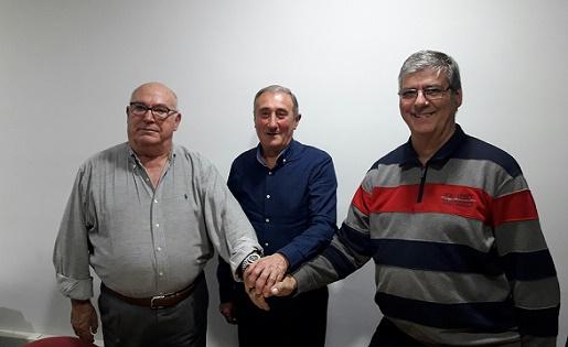 Manolo Dengra, Miquel Carrillo i Joan Moya, a les instal·lacions del FC Martinenc. FOTO: Torneig d'Històrics