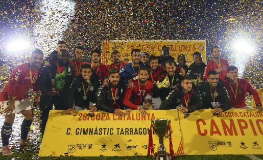 Els jugadors del Nàstic, amb la Copa Catalunya abosluta conquerida a Olot // FOTO: fcf.cat