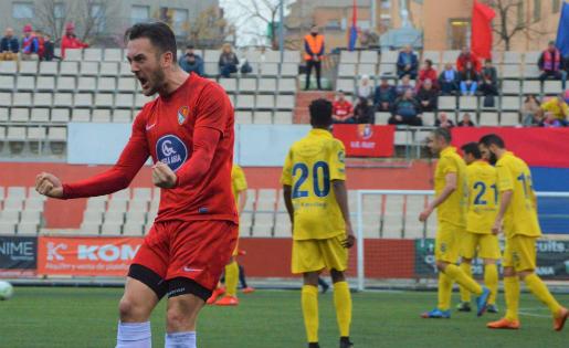 Àlex Fernández celebra el segon gol del Terrassa contra un Olot que no recordava el que era perdre a la Lliga // FOTO: Juanma Medina (terrassafc.cat)