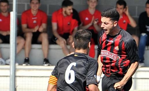 Xavi Jaime celebra un gol que pot valer un ascens // FOTO: CF Reus Deportiu