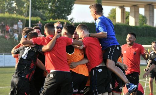 Els jugadors del filial del Reus celebren el seu històric ascens a Tercera // FOTO: CF Reus Deportiu
