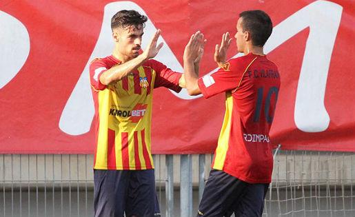 Josep Ramon Sardà -esquerra-, celebrant el gol amb el seu company Sergi // FOTO: Torneig d'Històrics (Àngel Garreta)