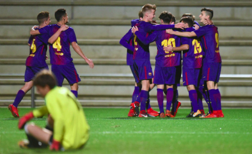 Els jugadors del Barça abracen el veneçolà Marqués, l'autor d'un gol que val tres punts // FOTO: FC Barcelona