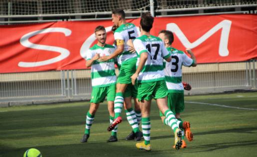 Sergio Navarro (esquerra) celebra amb els seus companys el gol contra l'Horta // FOTO: @Mark_SplashFoto