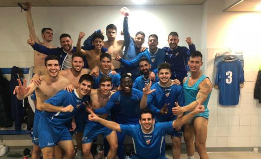 Els jugadors del Lloret van celebrar un important triomf contra el Vilassar // FOTO: @fchamizo8