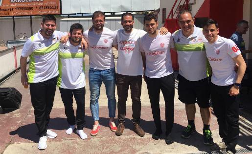 Peque, amb els seus companys del cos tècnic del Vilassar // FOTO: Twitter @aaybarpeque