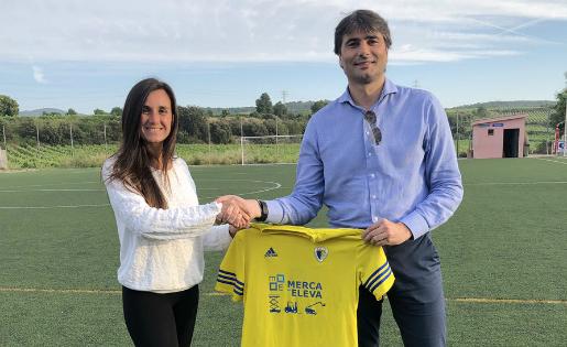 Luri Sorroche, amb el president de l'AE Moja, Manel Ortiz // FOTO: AE Moja