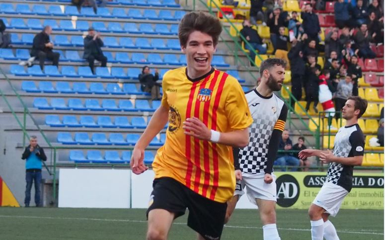 Sergi Serrano celebra un dels gols contra l'Horta amb la samarreta de la UE Sant Andreu. Ara, les ales del Narcís Sala volen a l'Olímpic // Judit Andreu