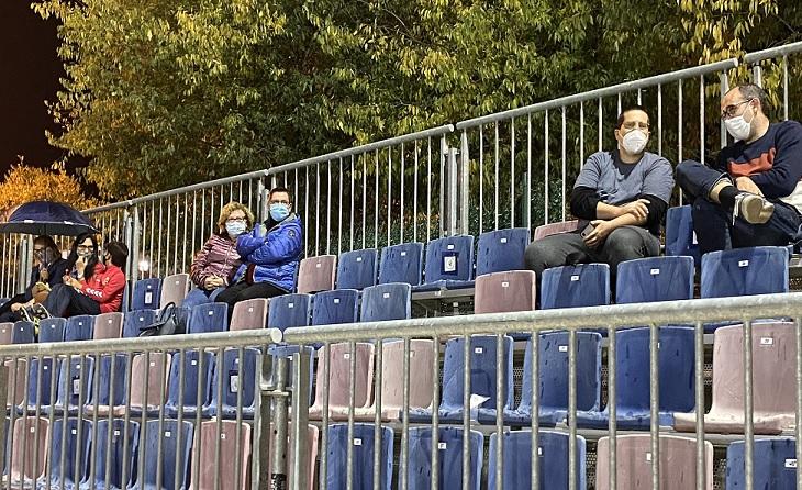 L'afició del Llagostera va saber mantenir les distàncies socials en el Municipal // FOTO: UE Llagostera
