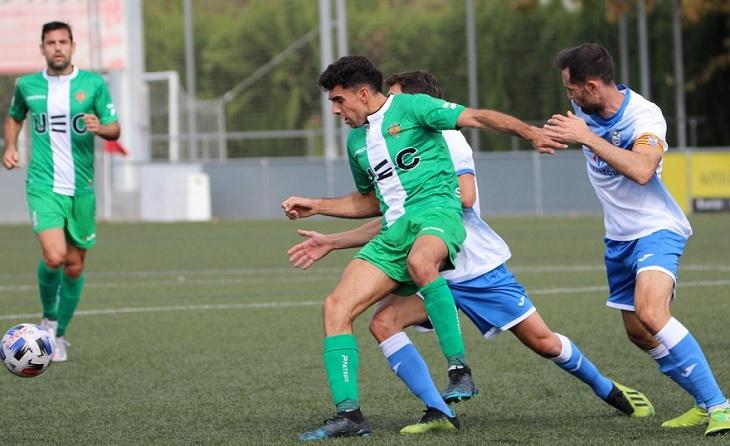 El jugador local Sergio Montero va decidir amb un cop de cap el xoc enfront dels verds // FOTO: UE Cornellà
