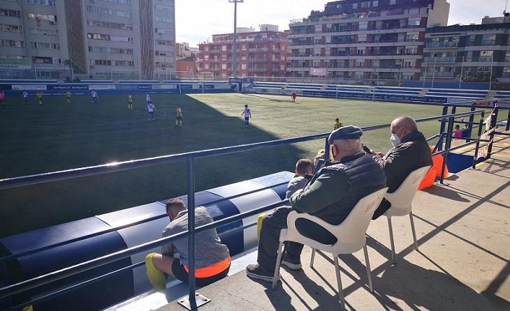 D. Emilio Llamas, president de la Montañesa, ha estat un espectador de luxe al Nou Sardenya mb el partit contra l'Europa // FOTO: Óscar Milla