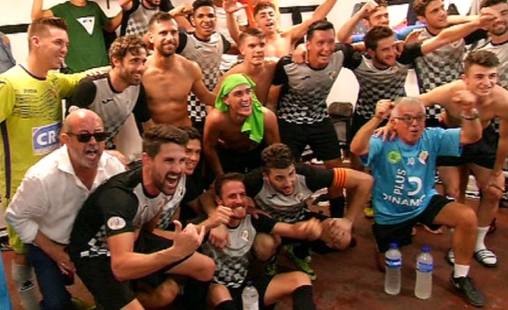 Éric Alcaraz, a l'esquerra de groc, a la celebració després d'un partit amb l'Horta contra el Terrassa // FOTO: Betevé
