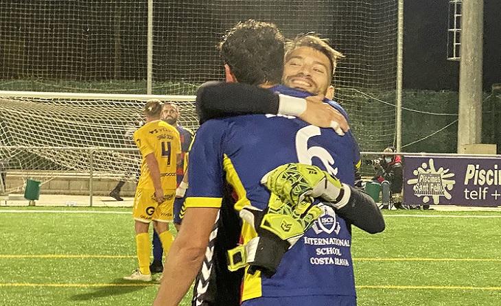 Gran abraçada entre Marcos i David després de finalitzar i aconseguir-se el triomf de l'equip d'Alsina