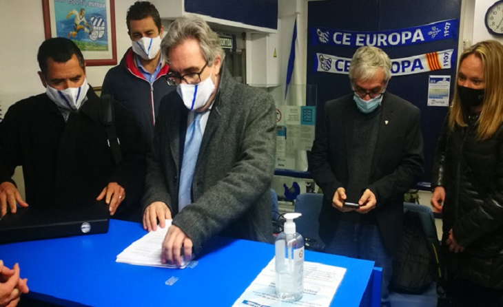 A David Prats també li va acompanyar el seu equip a l'hora de presentar els seus avalistes davant la Junta electoral // FOTO: CE Europa