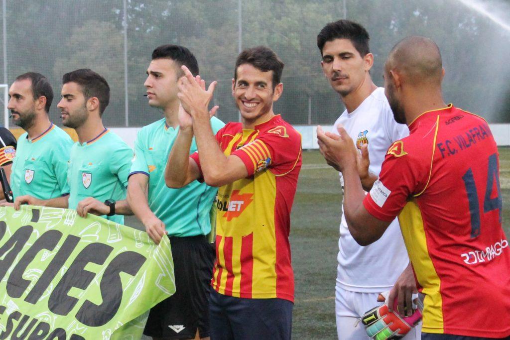 Guillermo Amor aplaudeix a Gerard Boira l'antepenúltima jornada de competició // FC Vilafranca