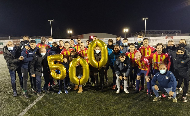 La familia vilafranquina aplaudeix a Gerard Boira l'antepenúltima jornada de competició // FOTO: FC Vilafranca