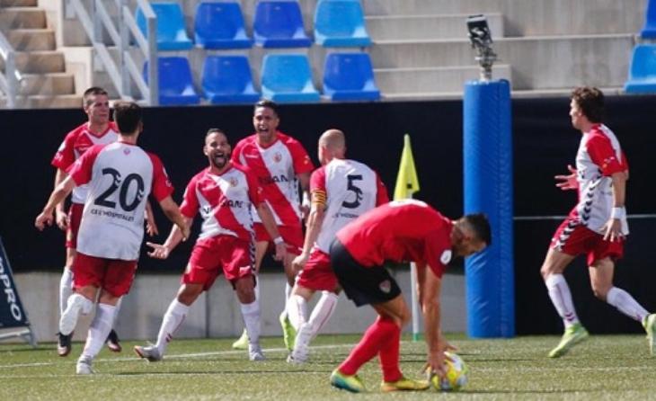 La celebració del gol que donava l'ascens al CE L'Hospitalet // FOTO: Àlex Gallardo