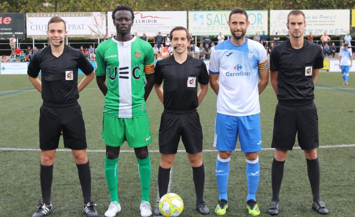 Oriol Ricarte, el segon per la dreta, com a capità al partit del Prat contra el Cornellà // FOTO: Óscar Yeste