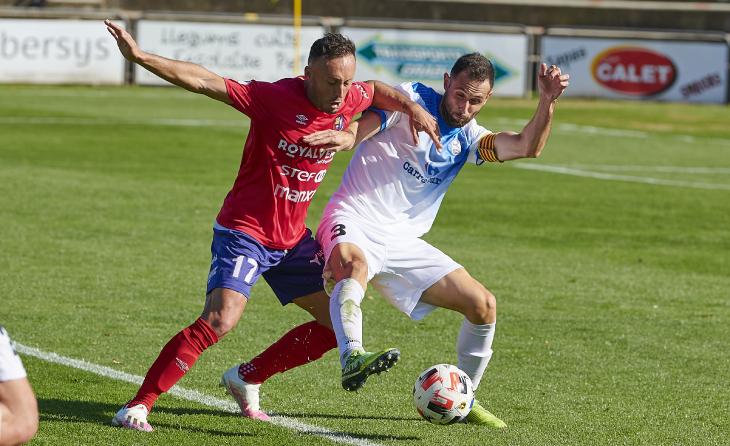 Ricarte, lluitant amb el jugador de l'Olot  Xumetra // FOTO: Nuri Marguí