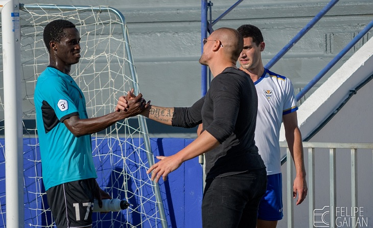 Victor Valdés mostra un gest de complicitat amb Adilson després de finalitzar un partit // FOTO: Felipe Gaitán-Horta