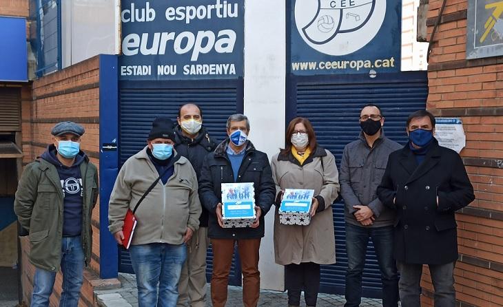 Representació de l'equip de l'expresident gracienc a les portes de l'estadi amb les signatures que li avalen // FOTO: CE Europa