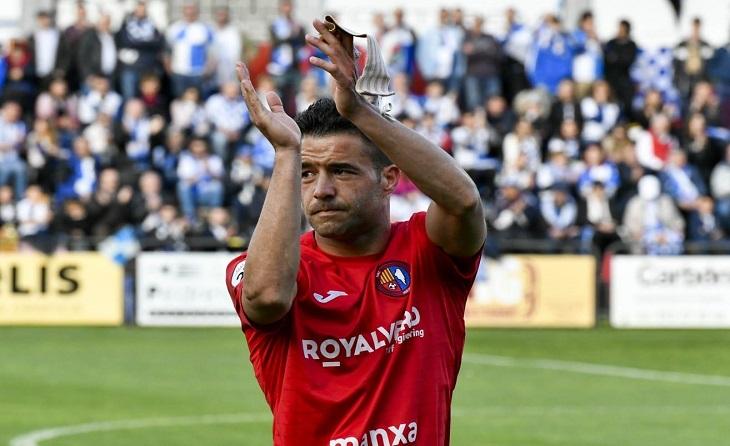 Héctor Simón dedica un aplaudiment a la seva afició després de set anys defensant la seva samarreta // FOTO: Nuri Margui