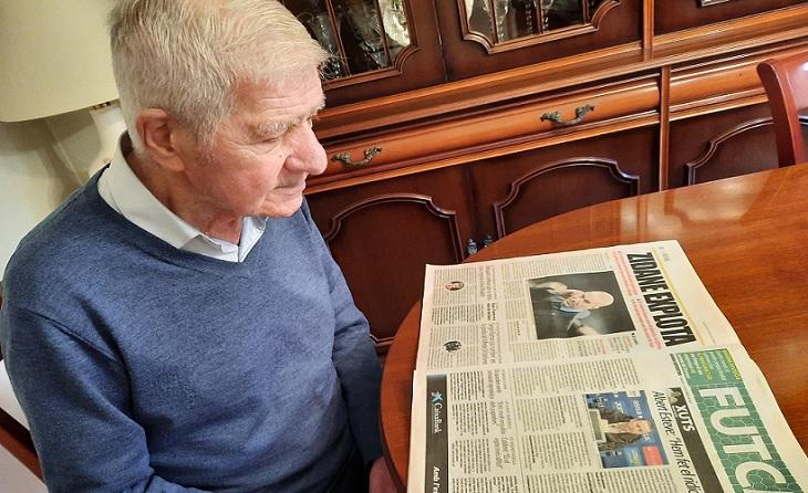 La rutina d'Antonio Baraza passa per llegir Mundo Deportivo i El Periódico, bon costum // FOTO: MOntse