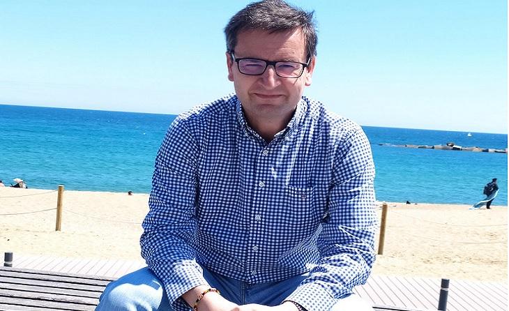 El president de la UE Castelldefels, Adolfo Borgoñó, fa un pas cap endavant i mira cap al carrer sicilia // FOTO: Encarna García