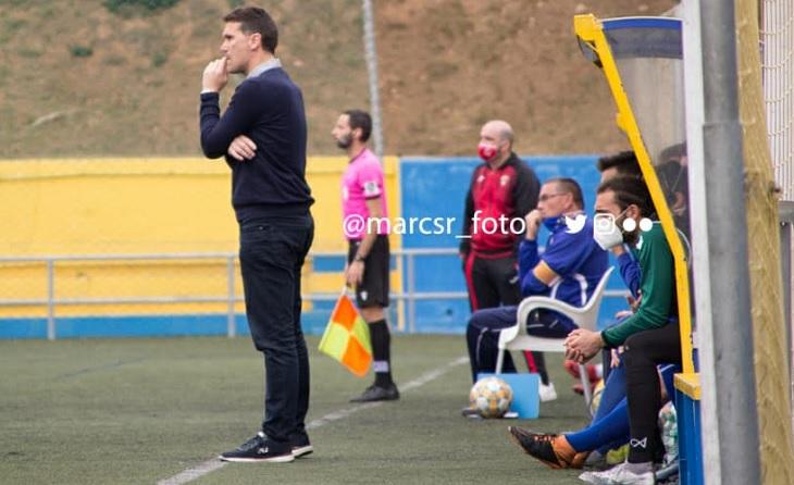 El tècnic de Sant Adrià Luis Gallego cumpleix la seva quarta temporada dirigint la EE Guineueta // FOTO: marcsr_foto