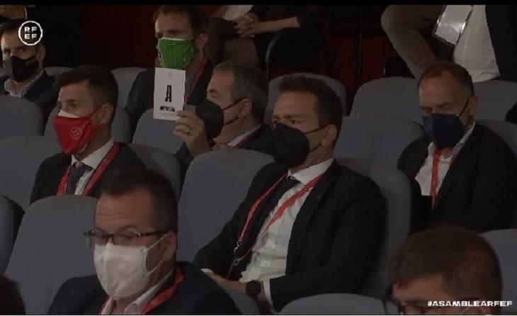 Al fons, a l'esquerra, amb màscara verda, el president del Cornellà, Alex Talavera // FOTO: Captura RFEF