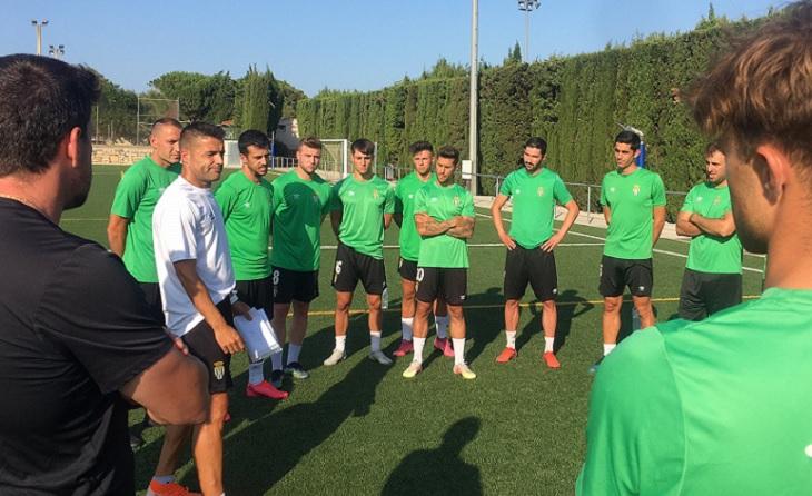 El nou entrenador xampanyer Héctor Simón ha explicat aquest dimarts la seva filosofia al grup // FOTO: CF Peralada