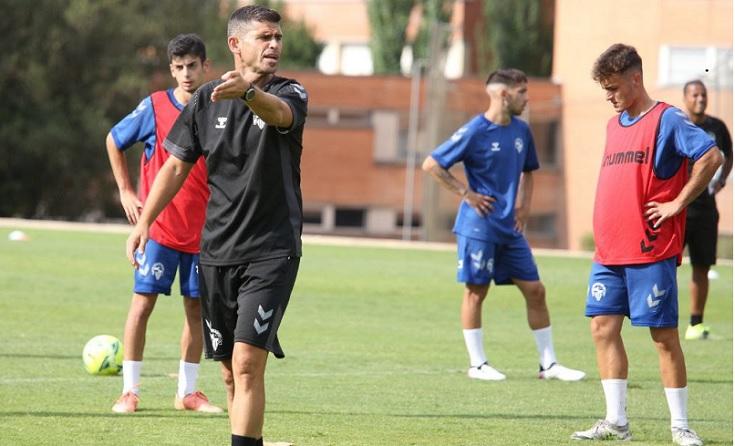 Molta feina per a l'entrenador Antonio Hidalgo perquè la plantilla ha sofert una interessant remdoelación // FOTO.CE Sabadel