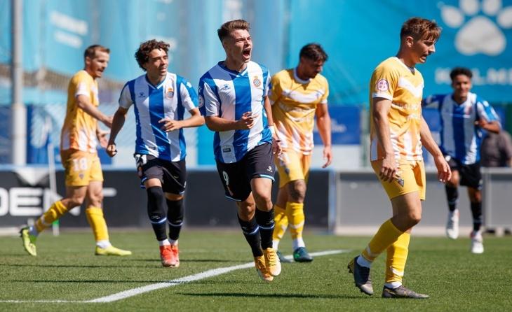 L'eufòria perica contrasta amb el cap cot dels jugadors badalonins // FOTO: RCD Espanyol B