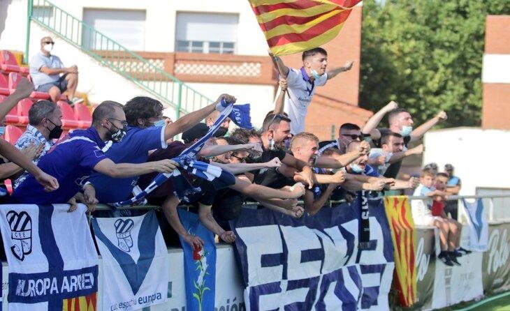 Una de les imatges de la jornada, els aficionats europeistes desplaçats al Estadio de Pinilla // FOTO: CE Europa