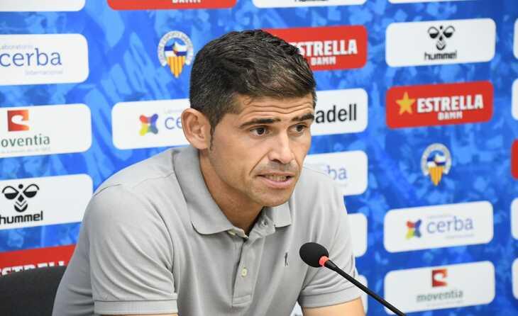El tècnic Antonio Hidalgo, en roda de premsa // FOTO: CE Sabadell