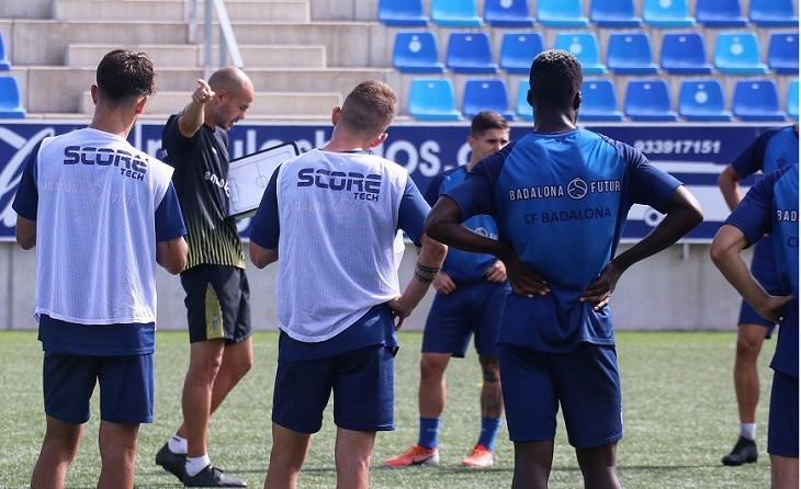 L'actual entrenador badaloní Nacho Alfonso durant una sessió de treball // FOTO: CF Badalona